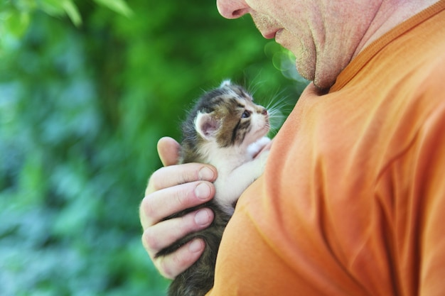 Homem com um gatinho