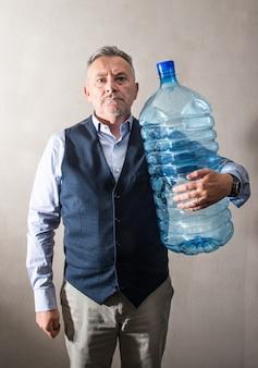 Homem, com, um, gigante, garrafa água