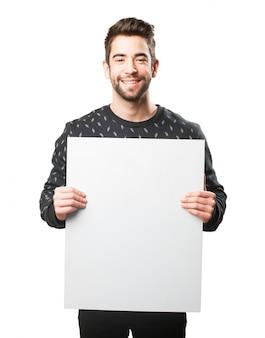 Homem com um grande cartaz