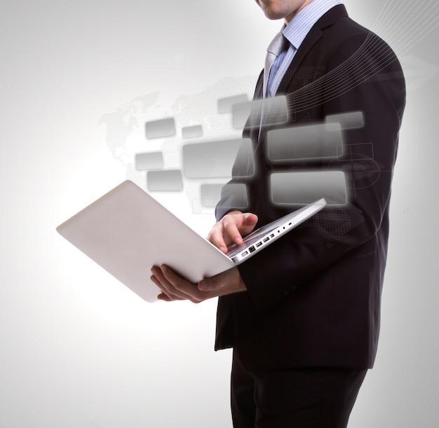 Homem com um laptop e quadrados cinza