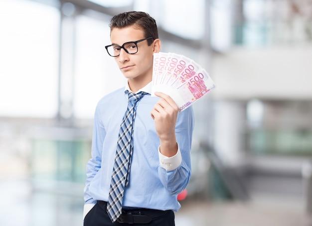 Homem com um monte de contas
