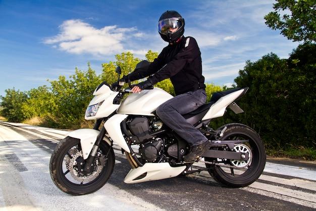Homem, com, um, motocicleta