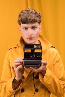 Homem, com, um, retro, câmera, em, um, amarela, cena