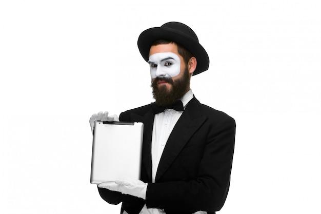 Homem com um rosto mime trabalhando no laptop