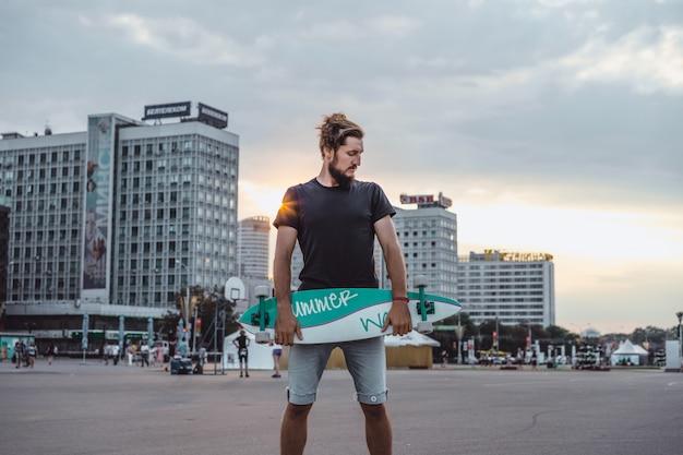 Homem com um skate