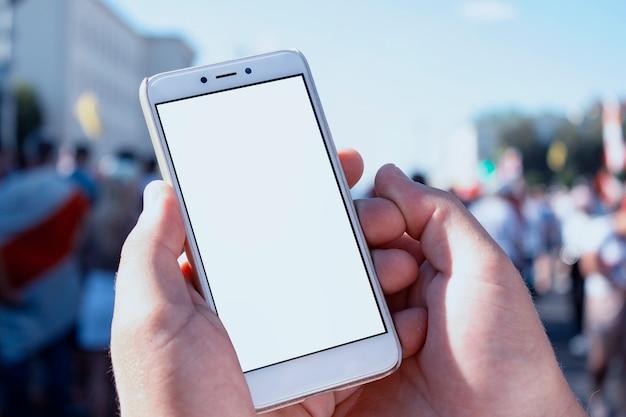 Homem com um smartphone nas mãos