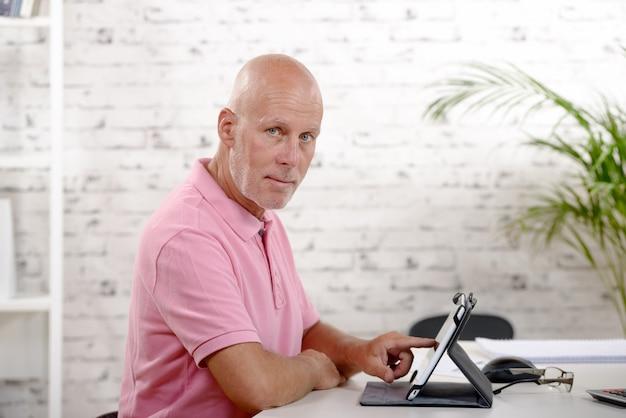 Homem com um tablet