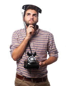 Homem com um telefone cabeça