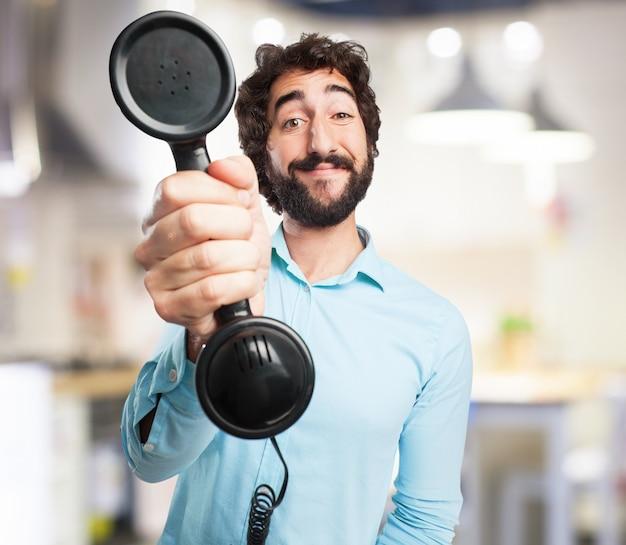 Homem com um telefone velho