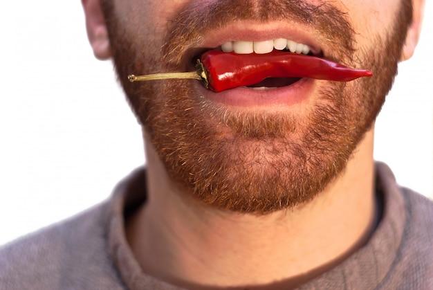 Homem, com, um, vermelho quente, pimenta pimentão, em, seu, boca