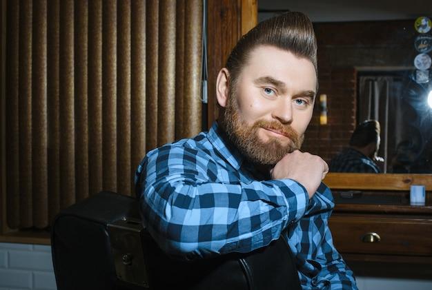 Homem com uma barba cabelo bonito e carinho