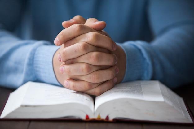 Homem com uma bíblia