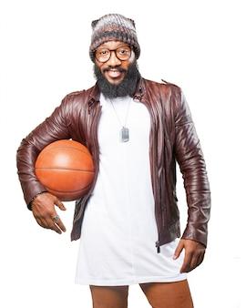 Homem com uma bola de basquete em sua axila