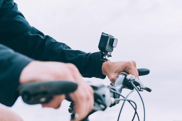 Homem com uma câmera de ação na mão
