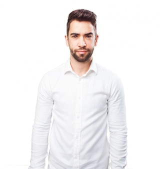 Homem com uma camisa branca