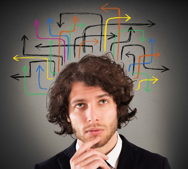 Homem com uma expressão questionadora e desenho de flechas na cabeça