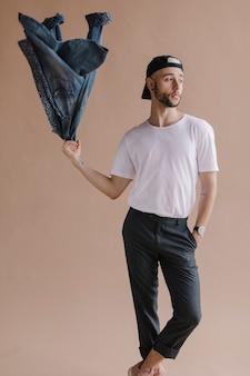 Homem com uma jaqueta jeans
