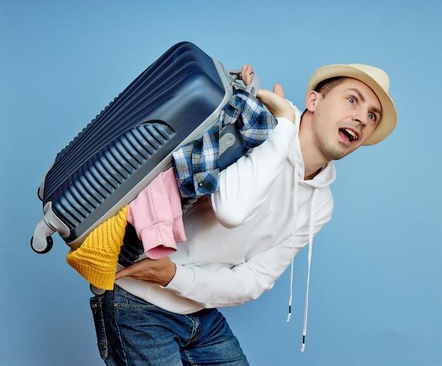 Homem com uma mala corre para o avião, coisas caem da bagagem
