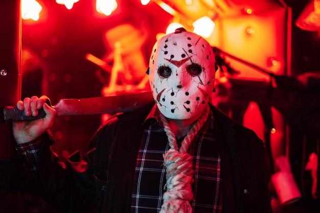 Homem com uma máscara branca caseira no halloween