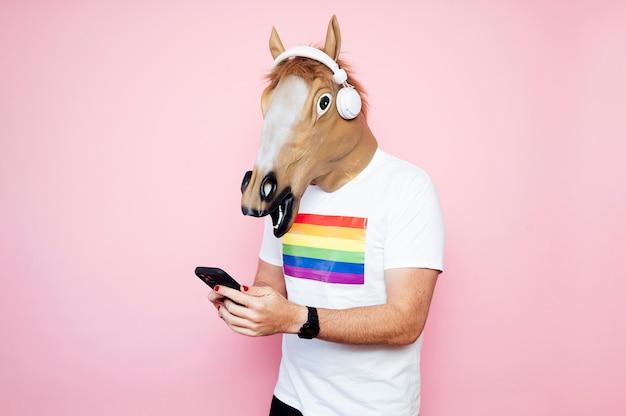 Homem com uma máscara de cavalo tocando guitarra elétrica.