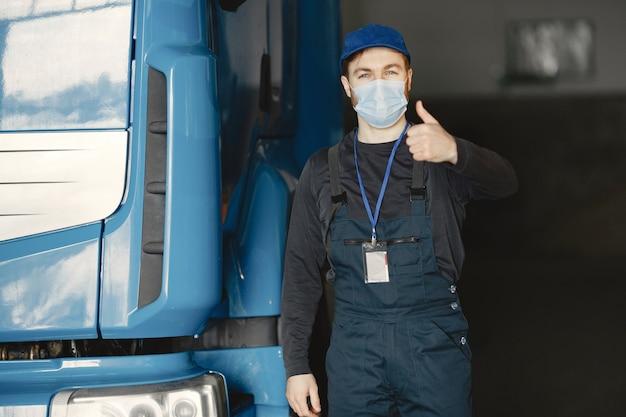 Homem com uma máscara. recebimento de mercadoria para coronavírus. pare o coronavírus