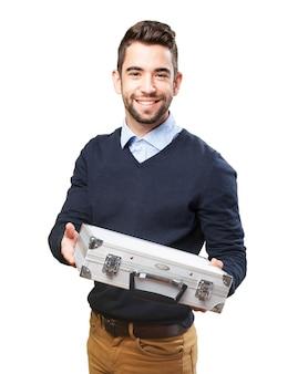 Homem com uma pasta metálica