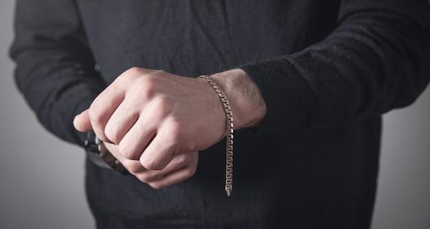 Homem com uma pulseira cara. acessórios de moda e joias