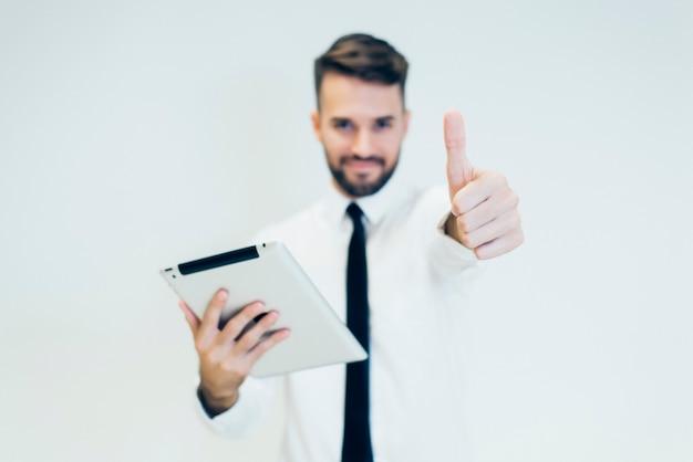Homem com uma tabuleta e os polegares para cima