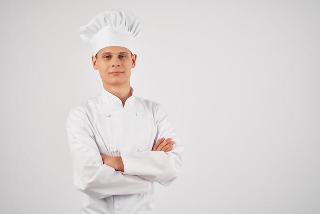 Homem com uniforme de chef, autoconfiança profissional restaurante luz de fundo