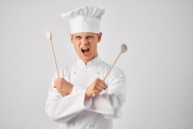 Homem com uniforme de chef de cozinha fornece serviço profissional