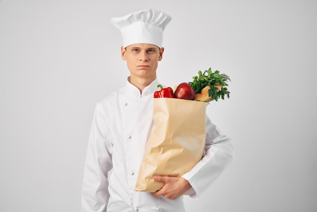 Homem com uniforme de chef, pacote de serviço de alimentação, preparação de alimentos saudáveis