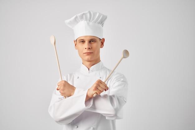 Homem com uniforme de chef, utensílios de cozinha, emoções restaurante