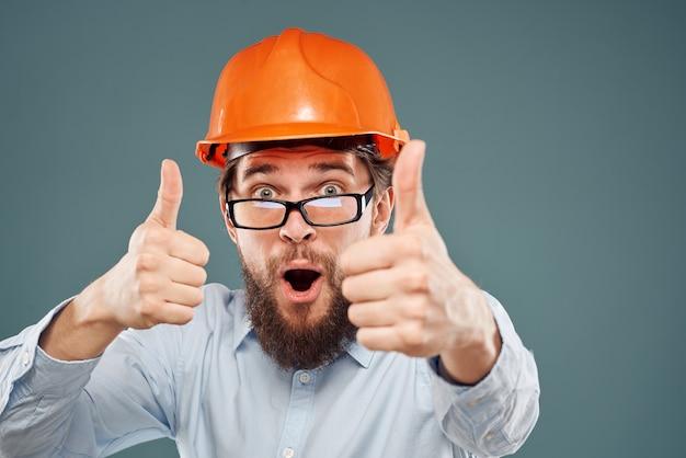 Homem com uniforme de trabalho e capacete laranja