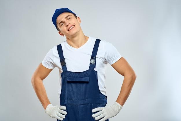 Homem com uniforme de trabalho profissional de serviço de carregamento de tampa de caixa azul