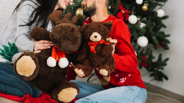 Homem, com, urso teddy, perto, mulher, com, macio, veado
