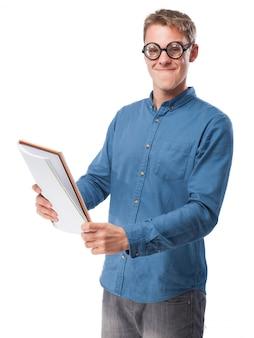 Homem com vidros para ver e um bloco de notas