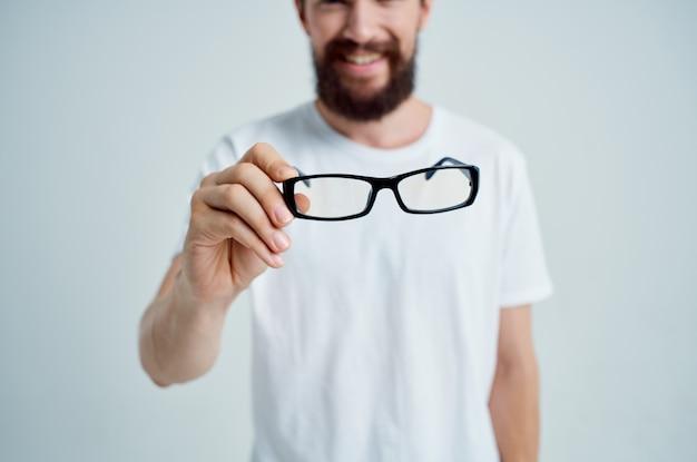 Homem com visão deficiente, problemas de saúde, fundo isolado