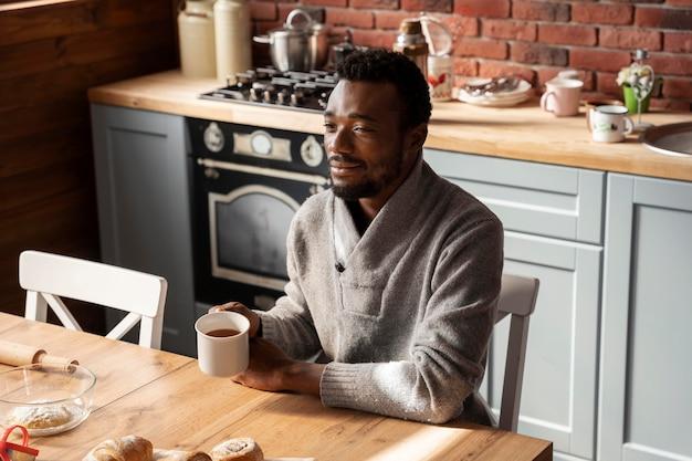 Homem com xícara de café dose média