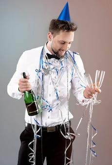 Homem comemorando ano novo