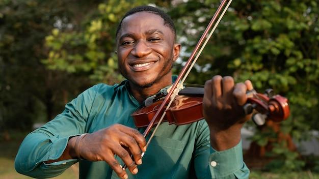 Homem comemorando o dia internacional do jazz