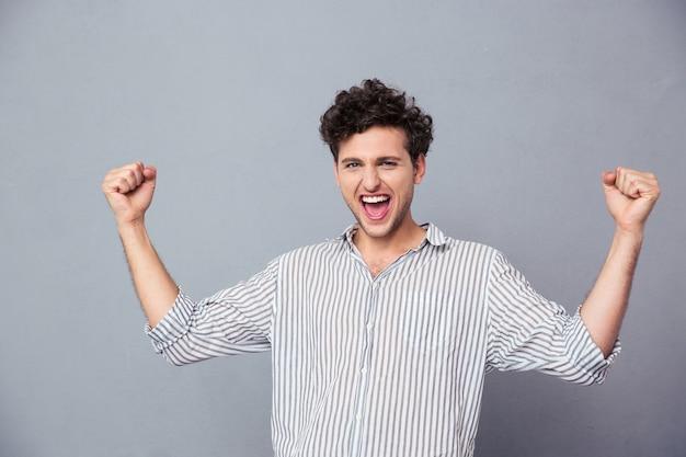 Homem comemorando sua vitória