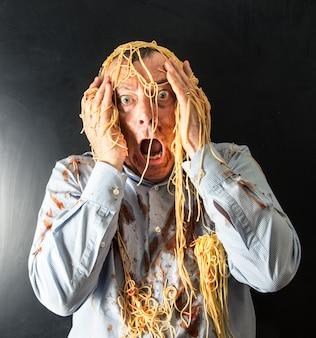 Homem, comer, espaguete, com, molho tomate, em, cabeça