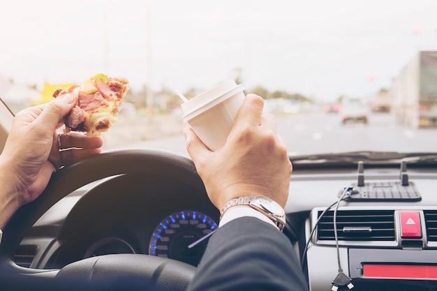 Homem, comer, pizza, e, café, enquanto, dirigindo carro, perigosamente