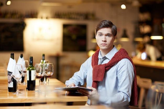 Homem comparando vinho