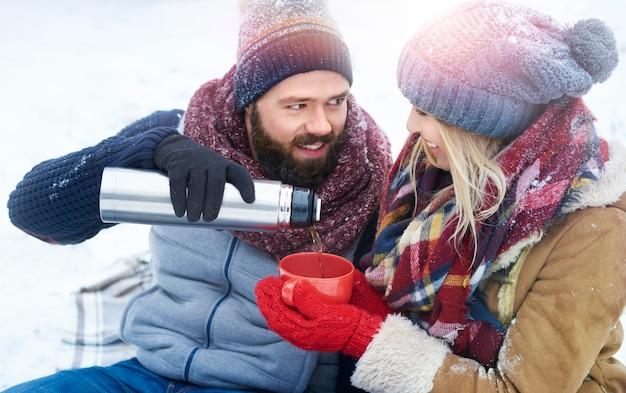 Homem compartilhando chá com sua amada