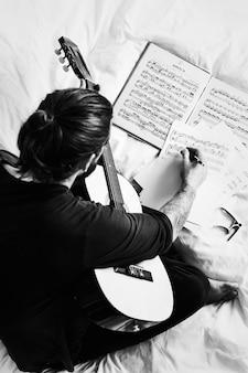 Homem, compondo, um, canção, ligado, um, guitarra
