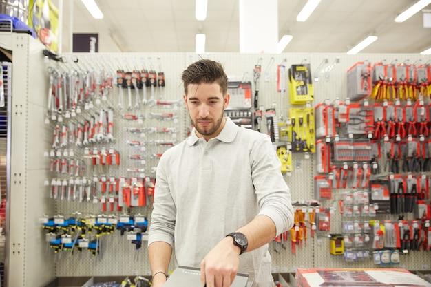 Homem compra na loja de ferragens