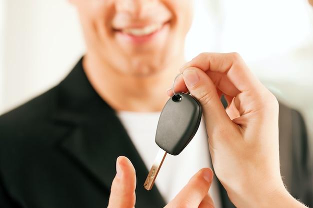 Homem comprando carro - chave sendo dada