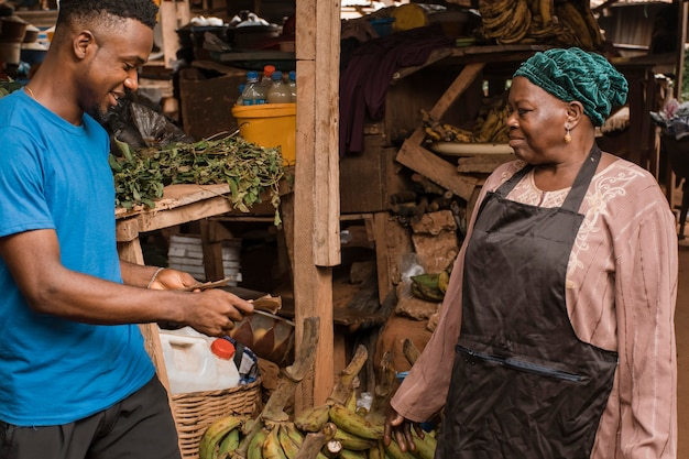 Homem comprando comida no mercado