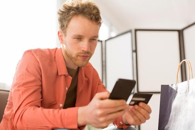 Homem compras on-line com telefone